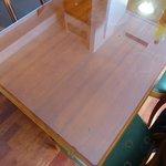 Traces sur la table, vitre abimée
