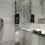 В ванной два вида мыла для рук