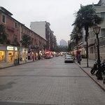 De straat voor het hotel