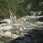 el río pegado al hotel