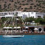 вид отеля и пляжного бара с набережной