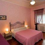 camera rosa con televisore,internet gratuito e ventilazione