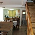 vista desde el living de la cocina/comedor - baño de servicio y escalera a planta alta