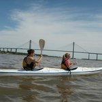cruzando el rio en kayak en rosario