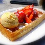 Gaufre aux fraises avec glace vanille.
