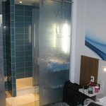 Bathroom incl. shower without curtain