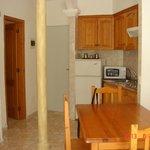 Comedor, salón y cocina con columna en el centro