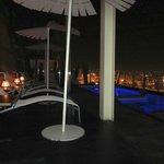 piscina de noche cambia de colores