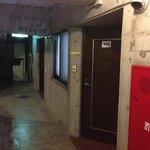 202号室の入口と廊下