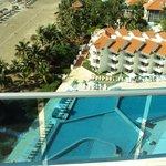 Vista de playa y pileta de piso 2 desde la pileta del piso 10