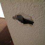 trou de 10 cm dans le mur !