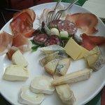 Salumi di Montezemolo e selezione di formaggi piemontesi/francesi