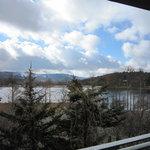 窓からの眺め、女神湖が見える