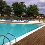 plages et transats de la piscine