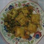 Raviolis a los cuatro quesos con verduras y gambas