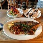 Fangfrische Scholle mit Bratkartoffeln, Zwiebeln, Speck und Salat