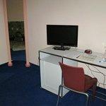Schreibtisch mit Fernsehgerät
