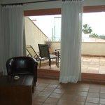Terraza privada con sillas y tumbonas
