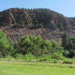 Blick aus einem unserer Fenster auf das rotgefärbte (Colorado!) Gestein