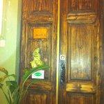 дверь в квартиру с комнатами