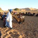 wachten op het vertrek met de kamelen