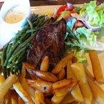 Pièce de boeuf sauce béarnaise, haricots et frites maison