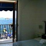 Camera con vista sulla baia. In lontananza i Faraglioni di Capri.