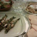 Sardinas asadas con patatas, bitoque y vino blanco de la casa