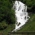 bellissima cascata del Rio Bianco di fronte al castello