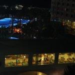 Odanın manzarasından havuz başında canlı müzik aktivitesi