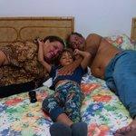 yo y mi esposo con mo nieto.felices