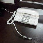 電話機と有線LANケーブル。ノートPCを使うのに十分なスペースのテーブル。