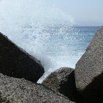 Un'onda colpisce gli scogli