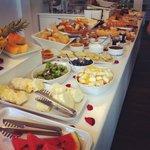 Café da manhã farto, com variedade e muito gostoso