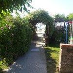 Viale per accedere alla spiaggia - a dx e sx rispettivamente angolo vasca-idro e zona relax