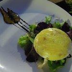 Tomino piemontese in padella con rucola e confettura di pomodori verdi e zafferano