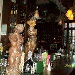 el mostrador del bar con candelabros de vela derretida y parafernalia decorativa