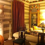 Sala de estar de la suite Damasco por la noche
