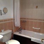 very clean bathroom, good water pressure