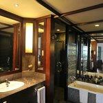 """""""Deluxe room"""" - Salle de bain + salle de douche"""