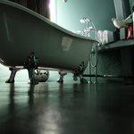 La baignoire aux pieds du chat botté