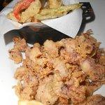 Antipasto di calamarettini e verdure fritte