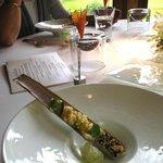 Cornet de carotte, hollandaise à l'oursin, crevettes sauce cocktail