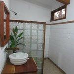 Waschbecken mit Dusche im Hintergrund