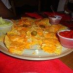 Nachos con queso y salsas, muy ricos