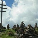 La grande croce e gli ometti di pietra