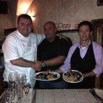 Voici le grand Chef Angelo, avec son fidèle chef de rang Roby, et un client costaud et gourmand.