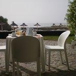 En esa mesa desayunamos al sol, mirando el mar...