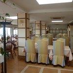 Salle de restaurant de l hotel( la table de Jean)