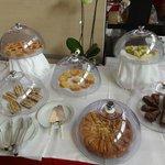 le torte (tra cui una crostata con crema pasticcera e kiwi molto buona)
